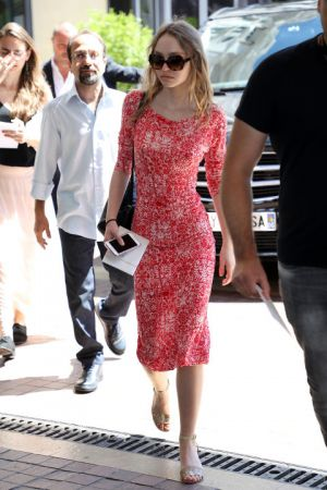 Lily Rose Depp輕鬆的番茄紅洋裝穿出年輕輕鬆的氛圍