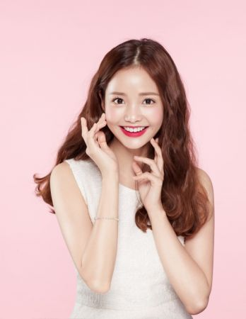 I'M MEME我愛氣墊超霧唇的代言人是韓流新星甜姐兒夏沇秀 (Ha Yeon-soo),示範001 Dangerous Red正紅氣勢。