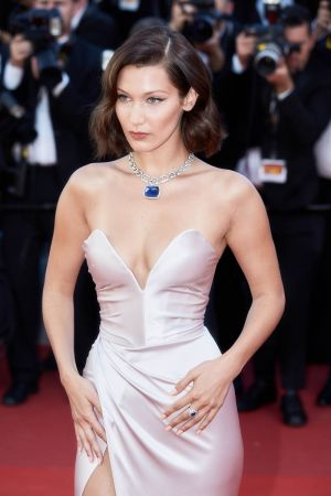 Bella Hadid 配戴寶格麗Festa系列頂級藍寶石項鍊與戒指出席第70屆坎城影展開幕紅毯