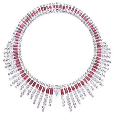 Jessica Chastain以伯爵全球代言人的身分,搶先穿戴了預計於6月中才會正式曝光的伯爵全新Sunlight Journey頂級珠寶項鍊及戒指(鑲嵌紅寶石和鑽石)。
