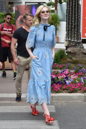 Elle Fanning另一套換上淺藍色刺繡洋裝搭配蝴蝶結紅色高跟鞋,成功穿出復古優雅的氣質