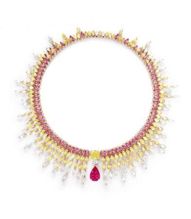 Piaget Sunlight Journey頂級珠寶系列項鍊18K紅金、玫瑰金及鉑金材質,鑲嵌單顆來自坦桑尼亞梨形切割紅色尖晶石(約10.09 克拉)、單顆枕型切割黃鑽(FVY-VS2) (約6.63 cts)、單顆明亮式切割美鑽(F-VVS2) (約0.80 cts),及紅色尖晶石、黃鑽與美鑽