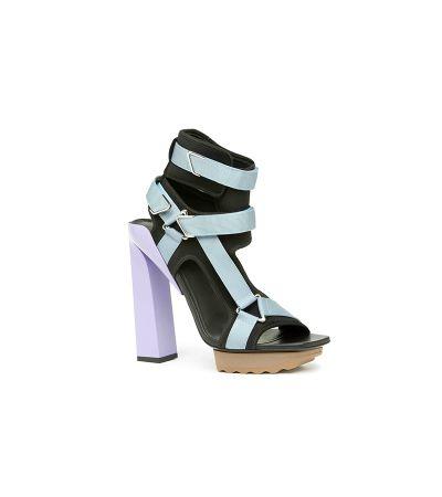 粉藍綁帶粗跟涼鞋,Versace。