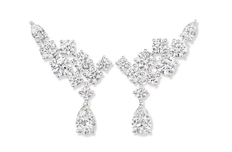 海瑞溫斯頓Sparkling Cluster鑽石耳環總重約4.26克拉,悉心鑲嵌於鉑金底座。