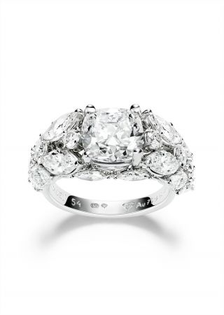 Piaget Limelight Rose Passion指環18K 白金鑲飾單顆枕形美鑽(約重3.08克拉)、8顆圓形切割美鑽(約重0.68克拉)及12顆馬眼形切割美鑽(約重2.44克拉)4顆梨形切割美鑽(約重0.50克拉)台幣參考售價8,800,000