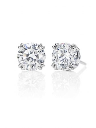 海瑞溫斯頓鑽石耳環總重約0.8克拉,悉心鑲嵌於鉑金底座。