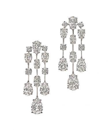 海瑞溫斯頓Mrs. Winston 鑽石耳環總重約31.58克拉,悉心鑲嵌於鉑金底座。
