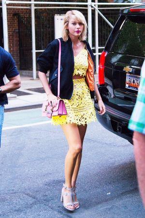 泰勒絲 肩背MIU MIU MIUlady水晶釦環山羊皮手提包 $71,500