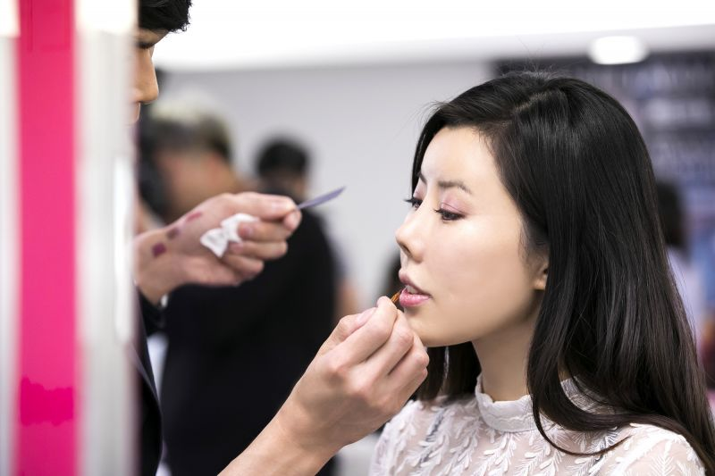 雅詩蘭黛專業彩妝師會依照每個女生的五官特色,替妳描繪出今年最大勢的混搭唇妝與嘗試不同眉妝,讓妳和夢幻場景合照起來更耀眼。