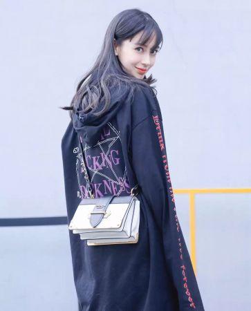 Angelababy肩背Prada Cahier金屬鑲邊包$100,500