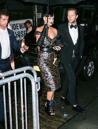 Katy Perry手持 Prada天鵝絨Cahier$100,500