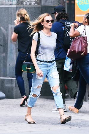 Diane Kruger肩背Prada Cahier金屬鑲邊包$100,500