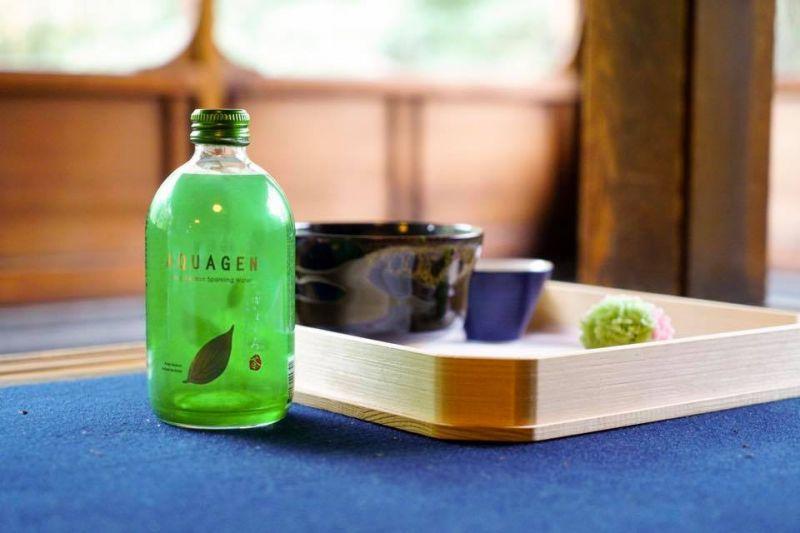 許多時尚餐廳與高質感咖啡廳可見到《日本京都宇治玉露深海氣泡水》的美麗蹤影