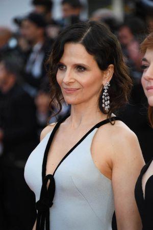 法國演員茱麗葉畢諾許Juliette Binoche佩戴蕭邦頂級珠寶鈦金鑽石耳環、搭配18K白金鑲嵌12.69彩寶與41.33克拉鑽石手鍊。(5/25 Updated)