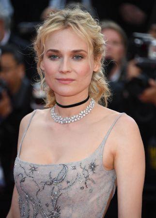 德國演員黛安克魯格Diane Kruger佩戴蕭邦頂級珠寶鈦金鑽石項鍊、搭配18K白金鑽石戒指。(5/25 Updated)