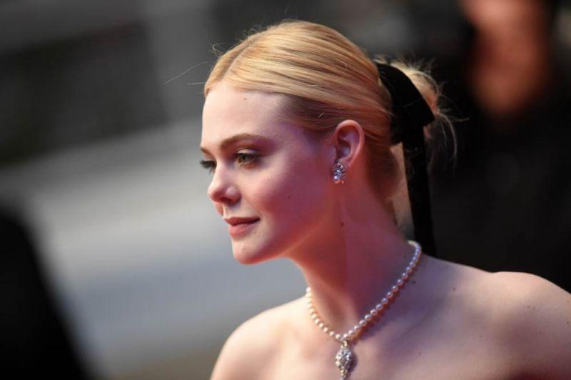艾兒芬妮 (Elle Fanning) 配戴香奈兒高級珠寶,出席由蘇菲亞柯波拉執導的《魅惑 The Beguiled》電影坎城首映紅毯。(5/26 Updated)