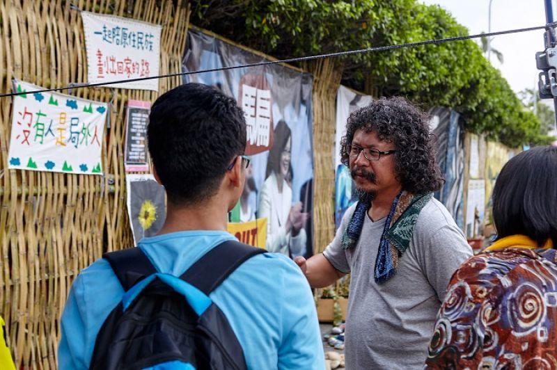 紀錄片導演馬躍比吼(Mayaw Biho)和關心議題的學生們
