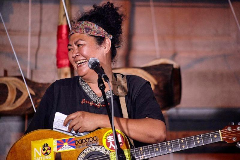 這年頭當原住民歌手,不僅要會創作、會在馬路錄音、還要參加演講比賽,好忙啊!