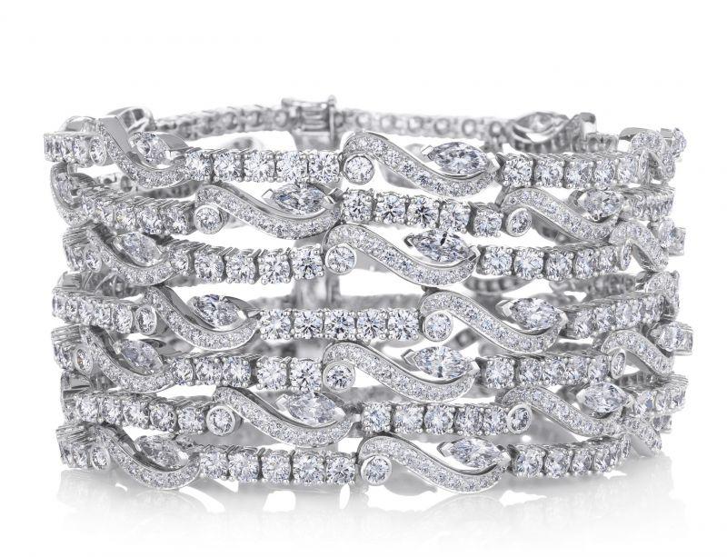 范冰冰出席第70屆坎城影展閉幕典禮。以De Beers鑽石珠寶優雅亮相,包括Arpeggia行鑽石耳環、Adonis Rose七行鑽石手環,搭配10.27克拉的DB Classic梨形車工單鑽戒指。(5/29 Updated)