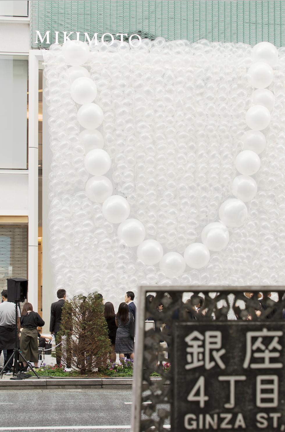 MIKIMOTO銀座四丁目總店開幕剪綵活動,於外牆裝飾象徵海水泡沫的真珠白氣球,並排列成一串珍珠項鍊
