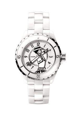 Mademoiselle J12腕錶限量發行555枚。白色高科技精密陶瓷*及精鋼。白色漆面錶盤。香奈兒女士肖像印在藍寶石水晶鏡面,並定位在白色漆面錶盤上。香奈兒女士手臂設計成鍍銠白、黑及銀色漆面指針。白色高科技精密陶瓷*錶帶及三層折疊式精鋼錶扣。旋入式錶冠飾以凸圓形白色高科技精密陶瓷。自動上鍊機械機芯。42小時動力儲存。功能:時、分顯示。防水深度:200米。直徑:38毫米。建議售價NTD228,000元