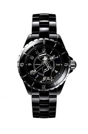 Mademoiselle J12腕錶限量發行555枚。黑色高科技精密陶瓷*及精鋼。黑色漆面錶盤。香奈兒女士肖像印在藍寶石水晶鏡面,並定位在黑色漆面錶盤上。香奈兒女士手臂設計成鍍銠黑、白及銀色漆面指針。黑色高科技精密陶瓷*錶帶及三層折疊式精鋼錶扣。旋入式錶冠飾以凸圓形黑色高科技精密陶瓷。自動上鍊機械機芯。42小時動力儲存。功能:時、分顯示。防水深度:200米。直徑:38毫米。建議售價NTD228,000元