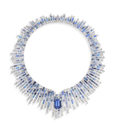 鑲嵌藍寶石、黑色蛋白石及鑽石的項鍊完美襯托20.14克拉的祖母綠切割藍色藍寶石,猶如海浪拍岸般散發獨有光芒 。