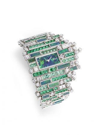 馬賽克風格把湛藍大海的色彩變化揮灑得淋漓盡致,讓寶石在腕錶上重塑海浪起伏的意境,以不規則吊飾縈繞手腕。