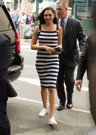 藍白條紋修身洋裝搭配TOD'S編織平底鞋, 穿出休閒清新的氣息