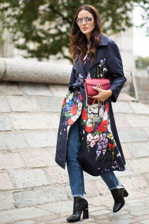 寬鬆的風衣繫上腰帶又是另一種時髦樣貌 ,花卉的圖樣讓你在表現專業之餘,又不失女性魅力!