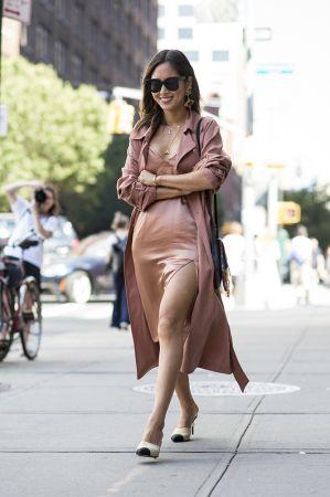柔軟的風衣款式可以凸顯女人的身體曲線,部落客 Aimee Song 搭配一件貼身絲質洋裝,就是提高約會好感度的心機穿搭!