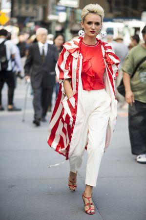 選擇與衣著顏色相呼應的紅白條紋風衣,再踩雙同色性的高跟鞋,看起來率性又有型!