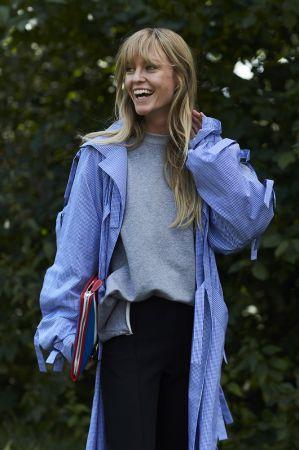 輕薄的布料是涼夏的最佳搭配夥伴,藍白色的格紋樣式更是彰顯女孩的青春氣息。