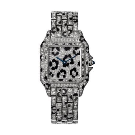 Panthère de Cartier美洲豹白金豹斑紋鑽石腕錶 - 錶殼、錶帶全鋪鑲明亮式切割鑽石及黑色琺瑯豹紋,搭載石英機芯,八角形錶冠鑲嵌藍寶石中型款,參考價格約NT$ 4,330,000
