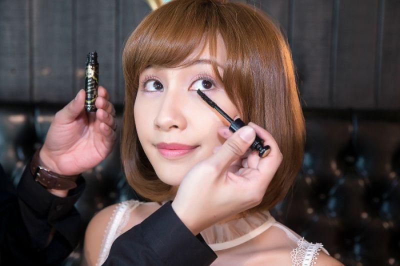 資深彩妝師_Leslie老師示範全新捲捲女爵超捲翹睫毛膏。