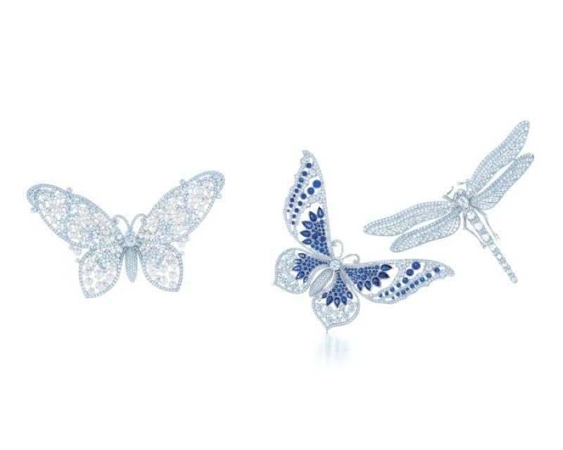 Tiffany 蝴蝶與蜻蜓胸針(左至右)Tiffany 鉑金鑲嵌鑽石與珍珠蝴蝶胸針、Tiffany 鉑金鑲嵌鑽石與藍寶石蝴蝶胸針、Tiffany 鉑金鑲嵌鑽石蜻蜓胸針