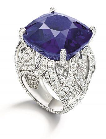 """Piaget Blue""戒指,主石為53.45克拉的緬甸藍寶石,台幣售價約2.7億,是本系列單價最高之作品"