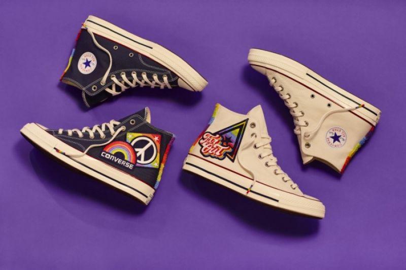 單寧及白色兩種鞋款,建議售價NT$ 3,480