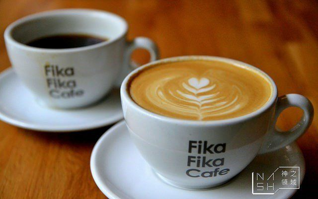Fika Fika Café台北市中山區伊通街33號(02) 2507-0633*新進榜「Fika」是瑞典文「一起喝咖啡休憩」的意思。老闆陳志煌曾在2013年成為第一個非北歐人的北歐盃咖啡烘焙大賽冠軍。同年便在台北巷弄裡打造了以白色為色調,寬敞明亮又恣意舒服的北歐瑞典風格咖啡廳,一片清新的氛圍顯得迷人。同店名一般,一次「Fika」不過癮,每天都想「Fika Fika」來杯好咖啡,享受北歐時間。圖片來源:OpenRice食家 – Nash神之領域