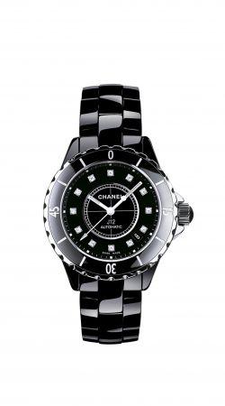 Day 1鬼鬼配戴的錶款:J12 鑽石時標黑色腕錶黑色高科技精密陶瓷*搭配精鋼錶殼。自動上鍊機械機芯。動力儲存:42小時。功能:時、分、秒、日期顯示。三層折疊式精鋼錶扣。防水深度:200米直径:38毫米*高科技,高度防磨損材質。建議售價NT205,000