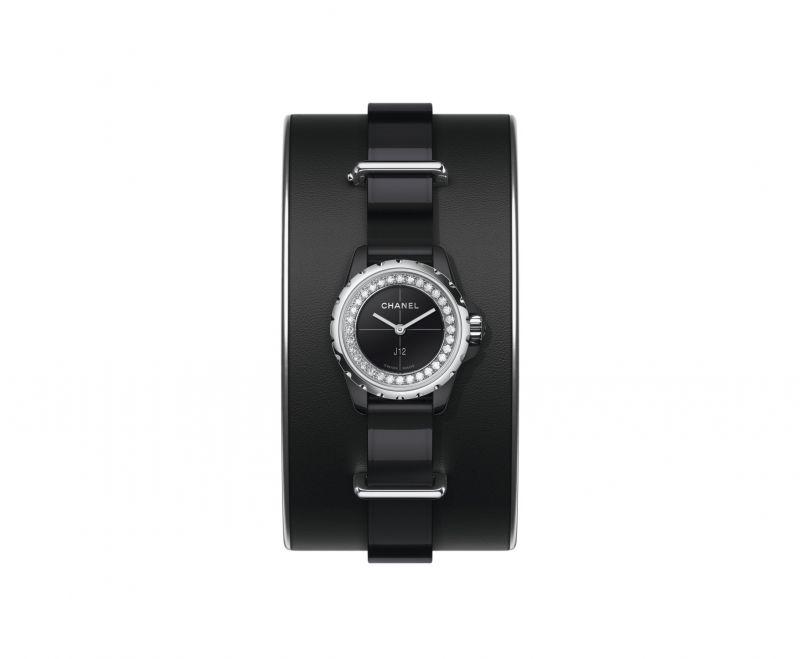 J12∙XS 黑色手鐲腕錶_小型款19毫米,石英機芯,黑色高科技精密*陶瓷及精鋼錶殼,内錶圈鑲嵌鑽石,黑色亮漆錶盤,黑色漆面小牛皮錶帶,黑色霧面小牛皮手鐲搭配銀色小牛皮滾邊,精鋼針扣及環圈。 可附於手鐲上或單獨配戴。*高科技、高度防磨損材質。建議售價NT171,000
