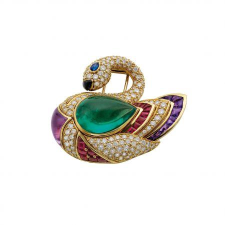 陳柏霖配戴BVLGARI 典藏系列黃金天鵝胸針,鑲嵌祖母綠,藍寶石,黑瑪瑙,紫水晶,紅寶石與鑽石,創作於1990年(MUS0499)