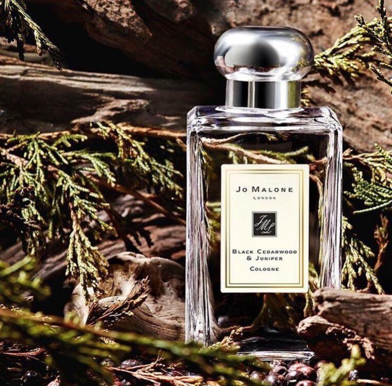 「black cedarwood & juniper黑雪松與杜松 」詮釋深夜的雨天,充滿著現代、摩登、都會感。