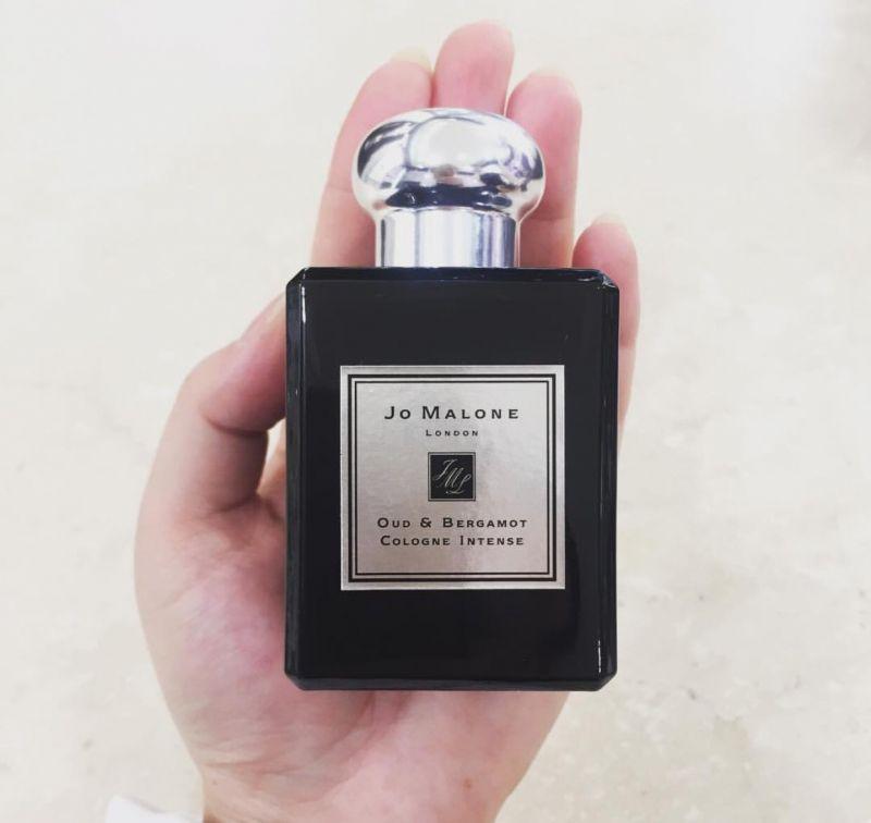 有男版英國梨與小蒼蘭之稱的「烏木與佛手柑」是黑瓶中最受男性歡迎的香氣。