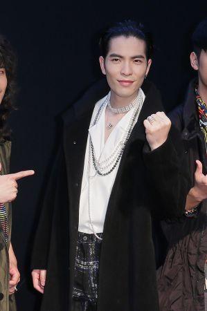 MIKIMOTO為入圍最佳樂團獎項的蕭敬騰與獅子合唱團打造紅毯造型,蕭敬騰把長珍珠項鍊多繞了幾圈,就變成搶鏡十足的choker。