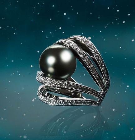 MIKIMOTO A World of Creativity系列《行星》南洋黑真珠鑽石戒指,490,000元。
