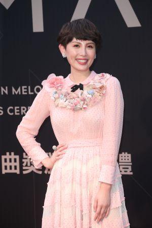 入圍最佳女歌手的魏如萱,以Tiffany & Co. 不同彩寶與設計的戒指變換造型,展現多變的活潑風格。