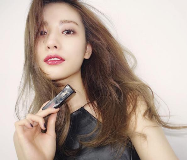 韓團After School的人氣女星NANA也曾在自己的IG上大曬這款唇釉
