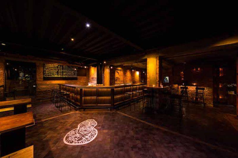 啜飲室台中,首度跳脫木質調設計,以紅磚作為主視覺。