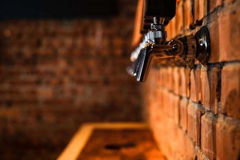 新鮮精釀生啤酒從紅磚牆湧出。